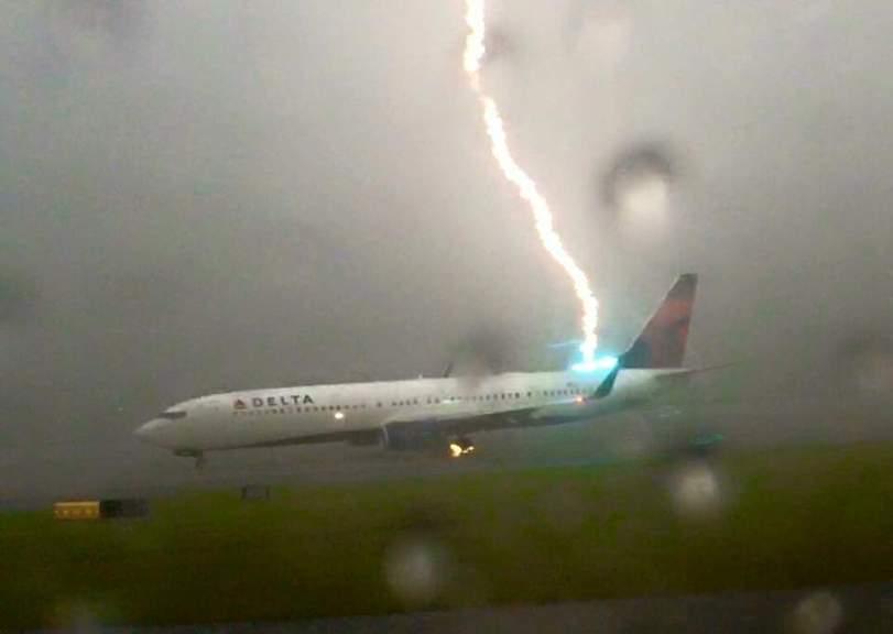 В российский самолет попала молния во время полета: подробности