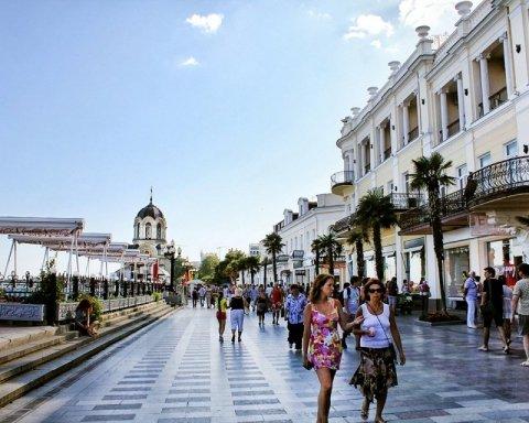 Люди зайняті виживанням: як живе анексований Крим у розпал сезону