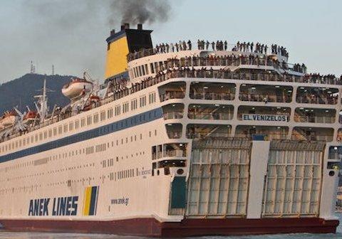 На відомому курорті спалахнув пором з сотнями пасажирів