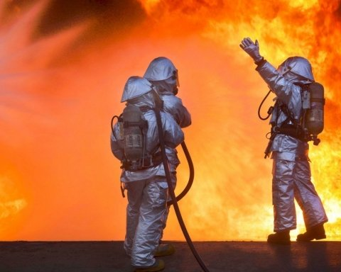 В Киеве огонь охватил бизнес-центр