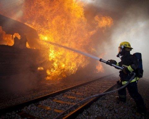 На железнодорожной станции Харькова загорелся поезд