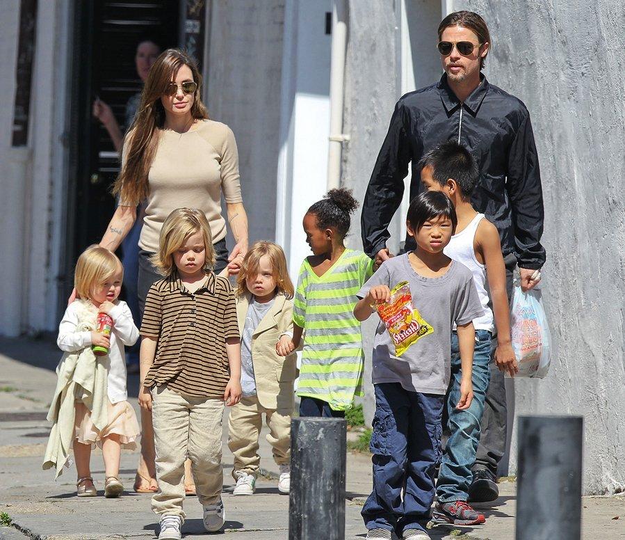 Шістьох замало: Джолі та Пітт хочуть усиновити ще одну дитину