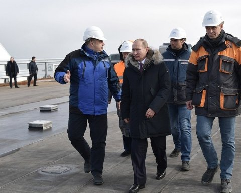 Путін почав видавати медалі за будівництво Кримського моста, поки він не «розвалився»
