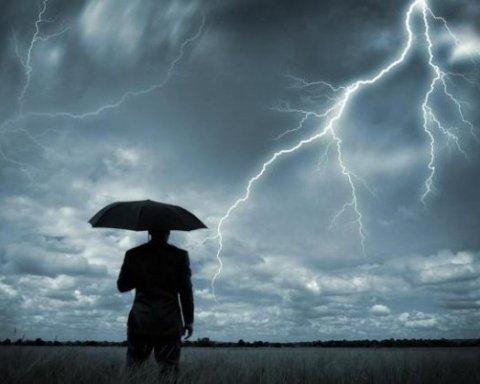 Синоптики оголосили штормове попередження: де в Україні очікуються грози та град