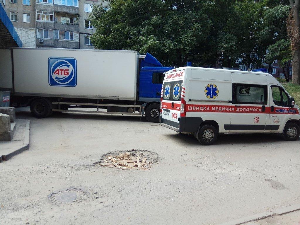 У Дніпрі машина «АТБ» заблокувала проїзд «швидкій»:  подробиці cкандалу