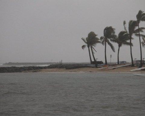 Такого не было уже давно: на популярный курорт надвигается мощный ураган
