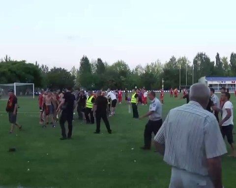 На матчи украинских команд подрались фанаты и полиция