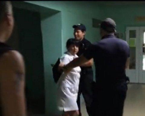 Даже копы не могли успокоить: в Харькове пьяная медсестра бросалась на детей
