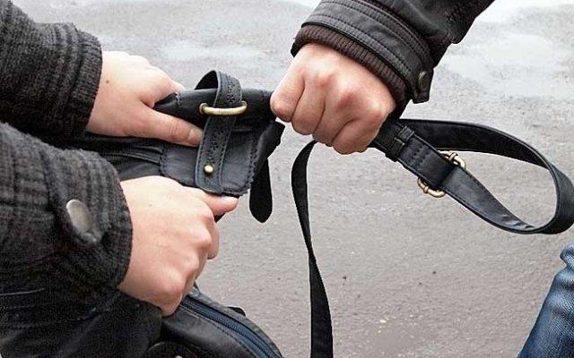 Слід бути пильними: у мережі показали, як працюють вуличні злодії у Києві