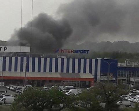В Киеве начался масштабный пожар в «Эпицентре»