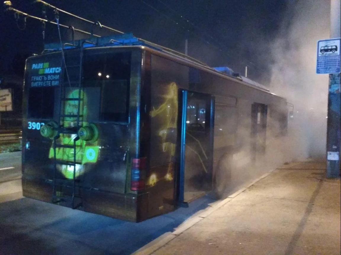 В Киеве на ходу загорелся троллейбус: свидетели опубликовали фото