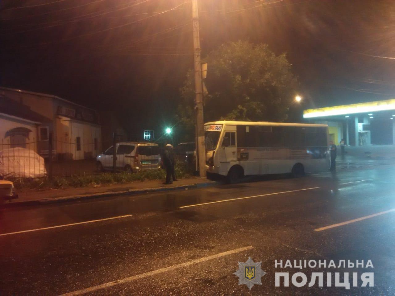 В Одессе маршрутка врезалась в столб: пострадали дети