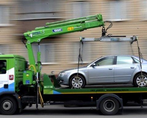 Новые правила парковки: водителям рассказали, за что будут эвакуировать авто