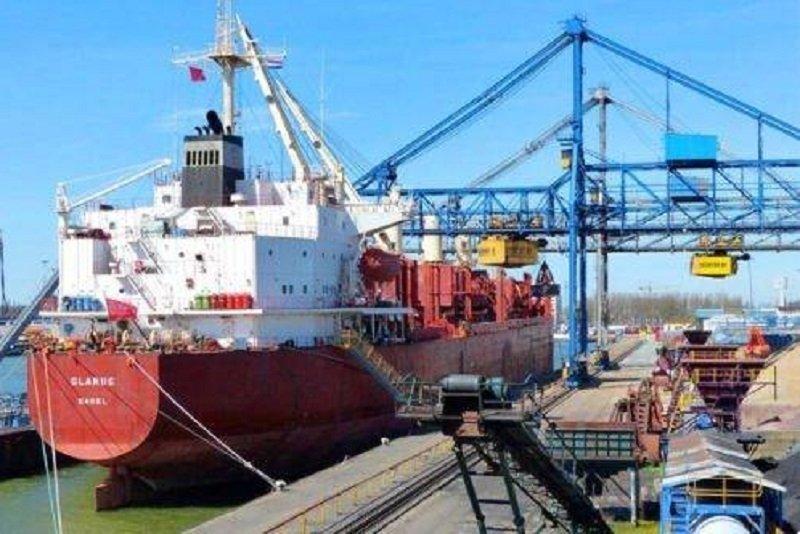 Пираты захватили корабль с украинцем на борту: что известно