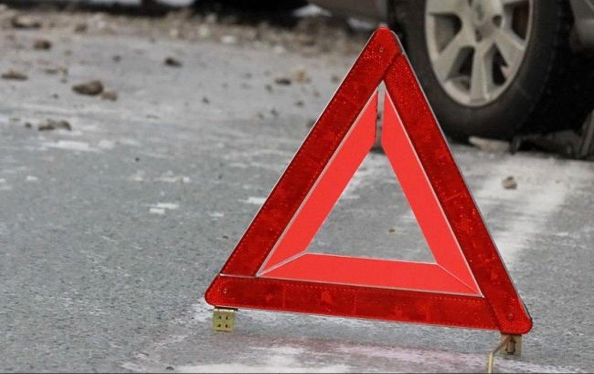 В Киеве автомобиль сбил людей на остановке: подробности и видео с места ДТП