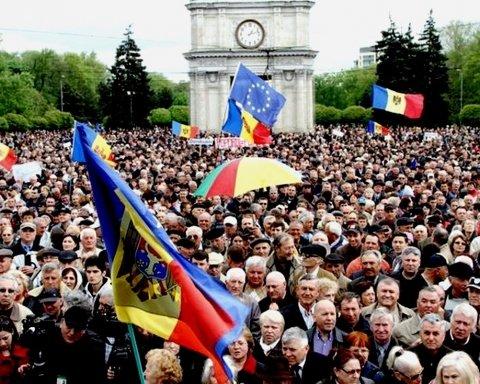 В Кишиневе митингуют сторонники объединения Румынии и Молдовы: правоохранители начеку