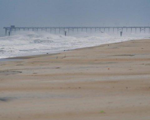 На США надвигается самый страшный за три десятка лет ураган: видео