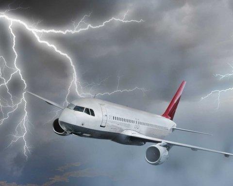 Молния подбила самолет с пассажирами в России