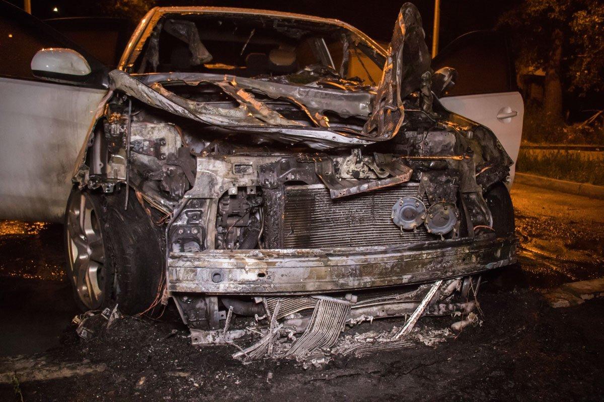 У Києві в дворі будинку за дивних обставин загорівся автомобіль