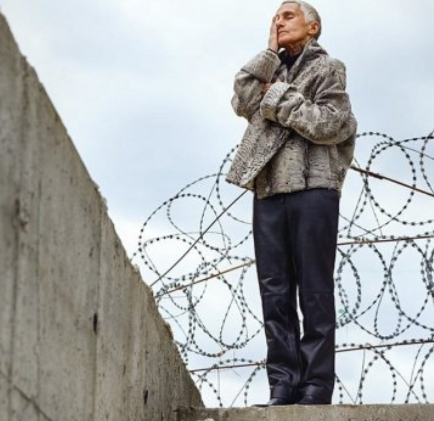В России выпустили жуткую «элитную» одежду в тюремном стиле: появилось фото
