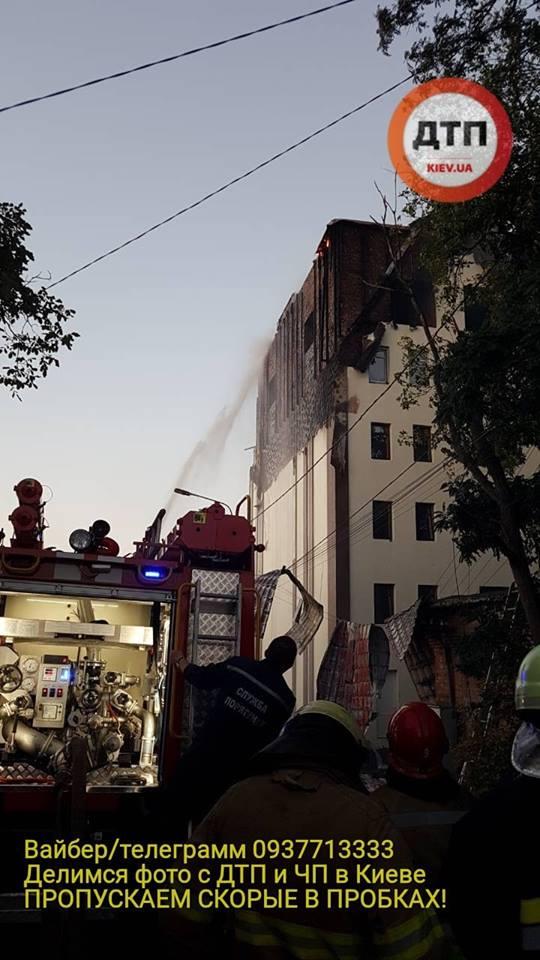 У київській новобудові сталася масштабна пожежа: рятувальники та лікарі кинули всі сили