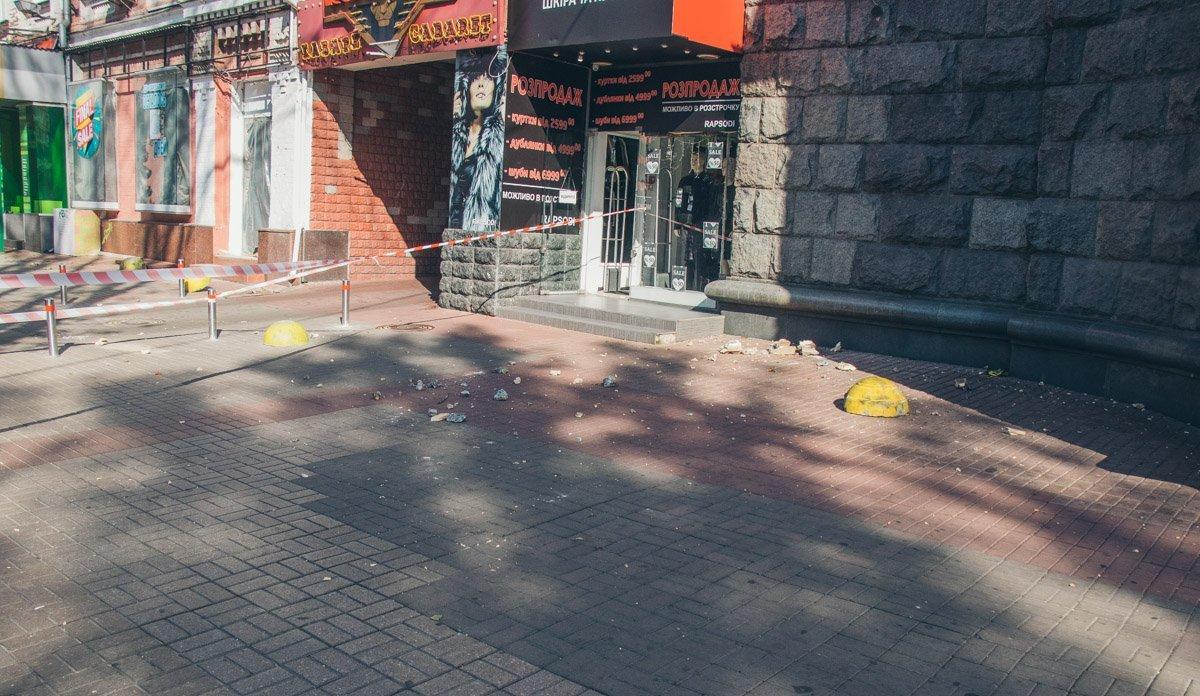 Едва не упала на головы: на Крещатике обрушилась часть исторического здания