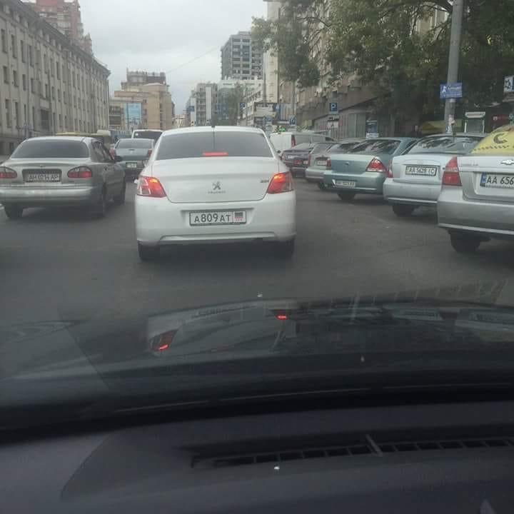 """Києвом роз'їжджає автомобіль з """"номерами"""" терористів """"ДНР"""": очевидці опублікували фото"""
