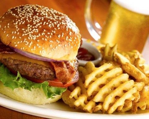 Улюблена всіма їжа викликає депресію: від яких харчів варто відмовитись