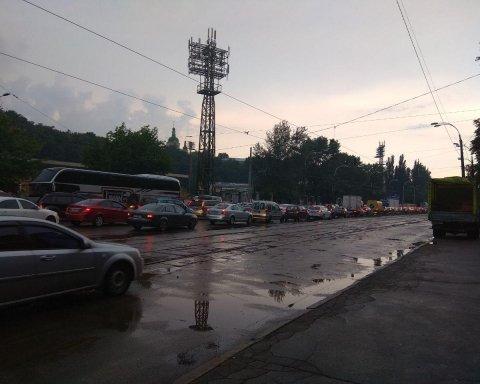 Київ огорнула негода, столиця стоїть у жахливих заторах: карта проїзду
