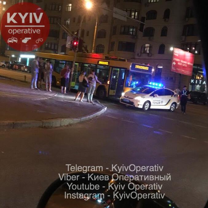Тролейбус протаранив авто копів у Києві: кадри з місця НП