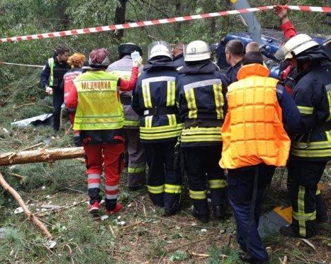 Прямо в центре Киева рухнул вертолет, первые кадры с места происшествия