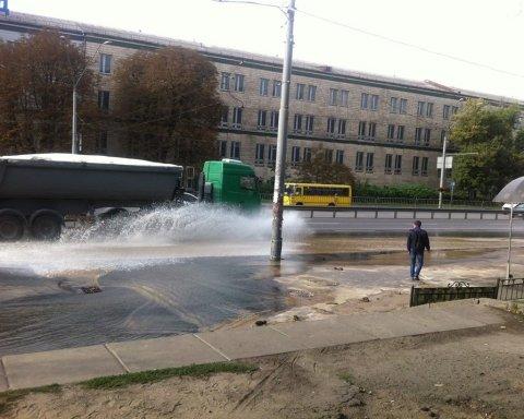 На одному з головних проспектів Києва з'явилося озеро: фото з місця НП