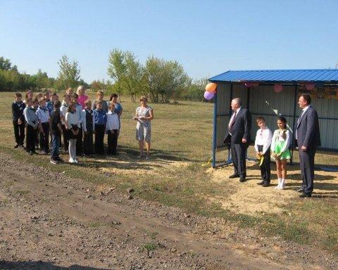 На Харківщині урочисто відкрили зупинку посеред поля: у соцмережі висміяли фото