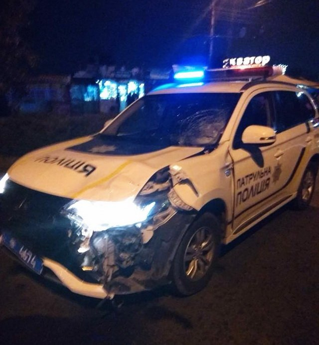 У Чернівцях поліцейська автівка на смерть збила пішохода: у мережі обговорюють фото з місця ДТП