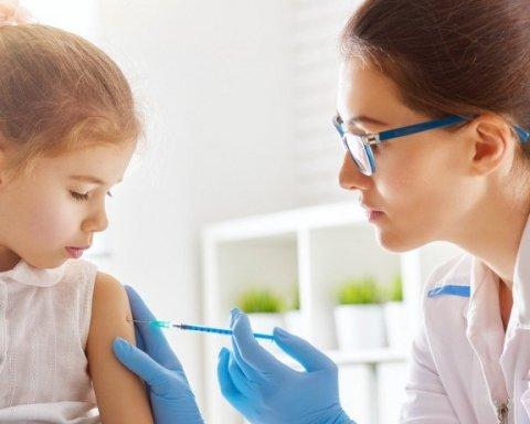 Детям запретили ходить в школу без прививок: детали нововведения