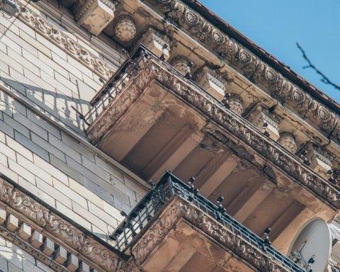 Ледь не впала на голови: на Хрещатику обвалилась частина історичної будівлі