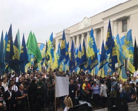 """У центрі Києва влаштували """"бунт"""": чого вимагають протестувальники"""