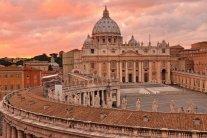 Авто протаранило натовп людей у Ватикані, є постраждалі: фото з місця НП