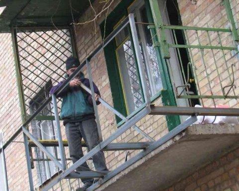 В Киеве женщину убило балконной оградой: фото с места трагедии