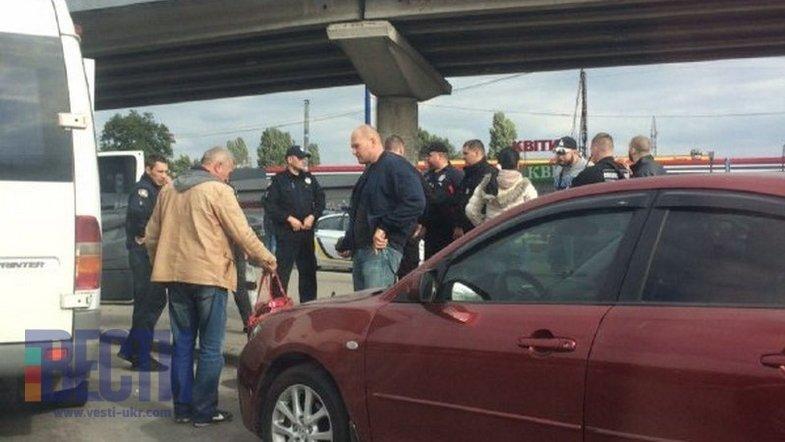 В Киеве вооруженные люди взяли в заложники пассажиров маршрутки