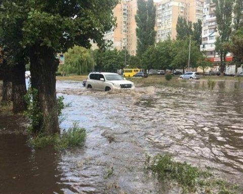 Одессу накрыл мощный ливень: улицы превратились в реки, город в пробках