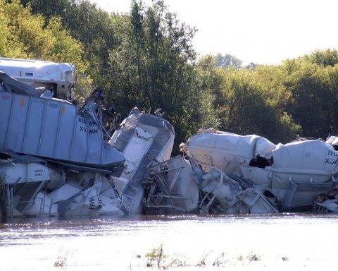 У США в річку впав вантажний потяг: кадри з місця НП