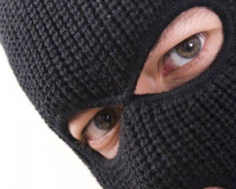 Банда грабителей устроила дерзкое ограбление: кадры нападения