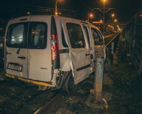 Пьяный таксист вдребезги разбил машину и заблокировал работу скоростного трамвая в Киеве