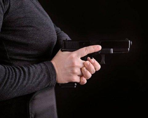 Полисвумен ошиблась квартирой и случайно застрелила соседа