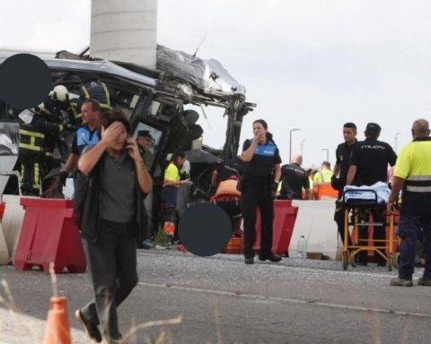 Автобус с пассажирами влетел в опору моста, много погибших