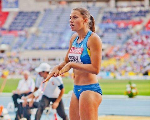 Украинская легкоатлетка Марина Бех попозировала в купальнике у бассейна