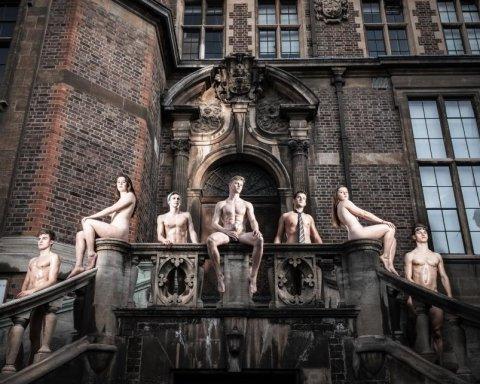 Студенты Кембриджа снялись голыми для благотворительного календаря