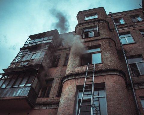 В центре Киева сгорела квартира под наблюдением пьяных зрителей