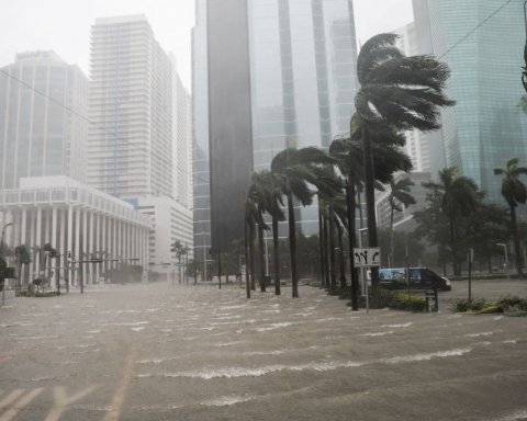 Такого не было 30 лет: миллион человек срочно эвакуируют из-за мощного шторма